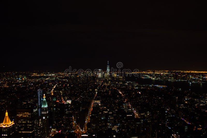 从帝国大厦的观察台看见的曼哈顿,街市和世界贸易中心一号大楼在晚上 库存图片