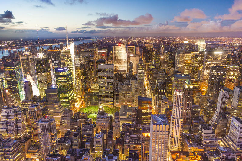 从帝国大厦看见的曼哈顿在晚上 免版税库存图片