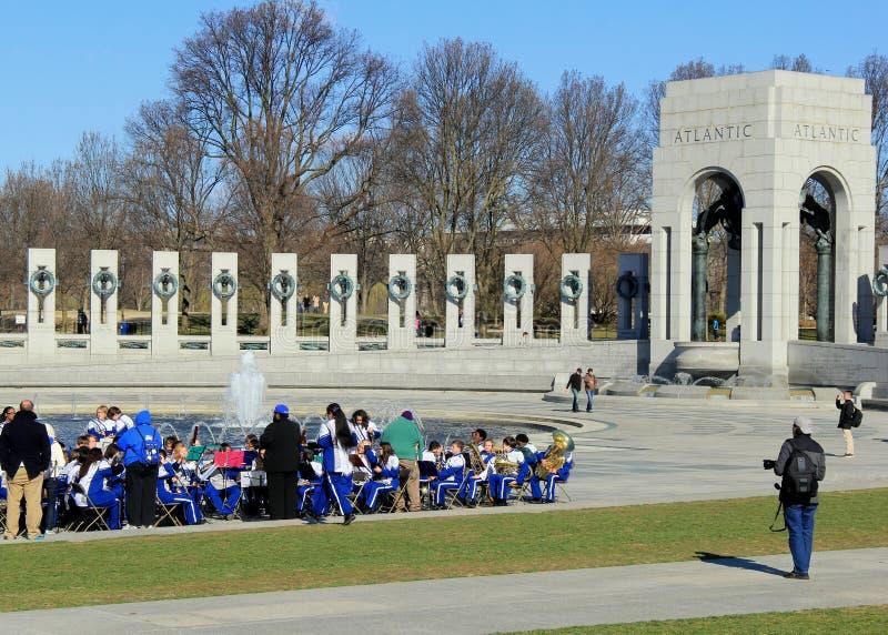 带、准备好的旁观者和的摄影师音乐会, WWII纪念品,华盛顿特区, 2015年4月 免版税库存照片