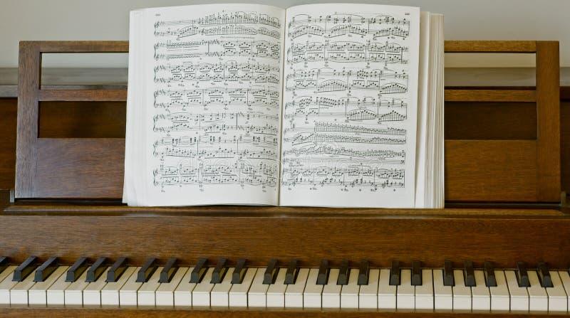 带乐谱的立式钢琴 免版税库存图片