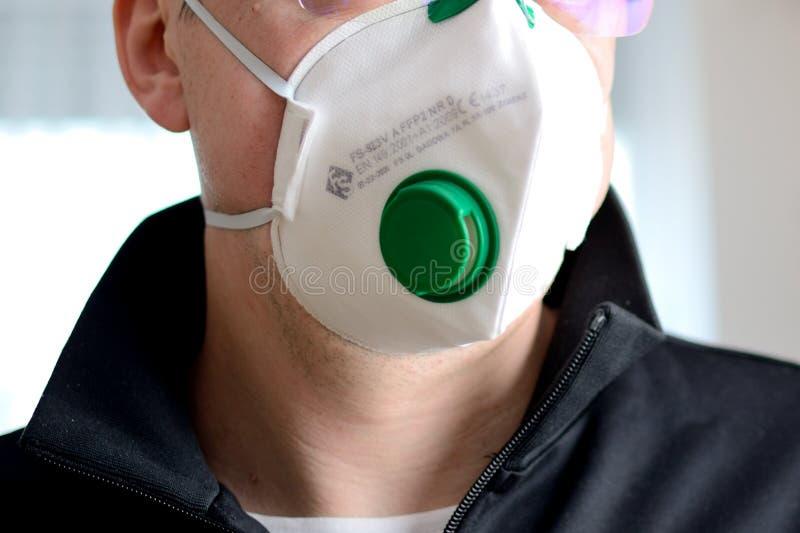 带口罩的男性 — COVID-19病毒 图库摄影