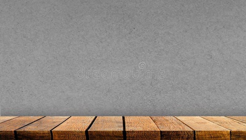 带复制空间的空木板架台柜广告背景及带灰色纸墙背景 免版税库存图片