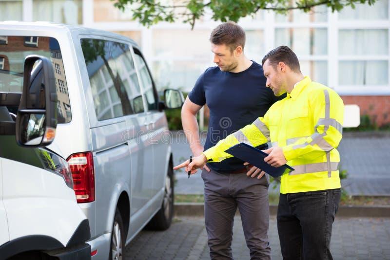 带夹板检查损坏汽车的损耗调节器 库存图片