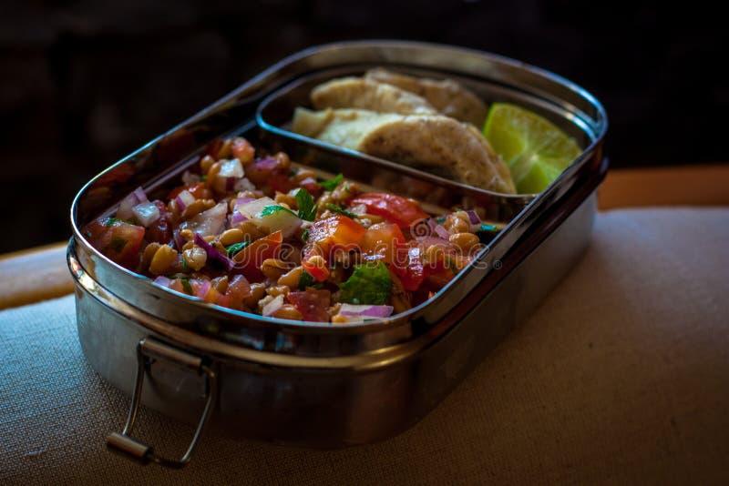 带小扁豆沙拉和烤鸡的午餐盒 免版税库存照片