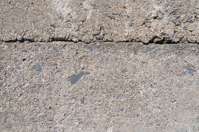 带接头的旧混凝土支撑墙 免版税库存照片
