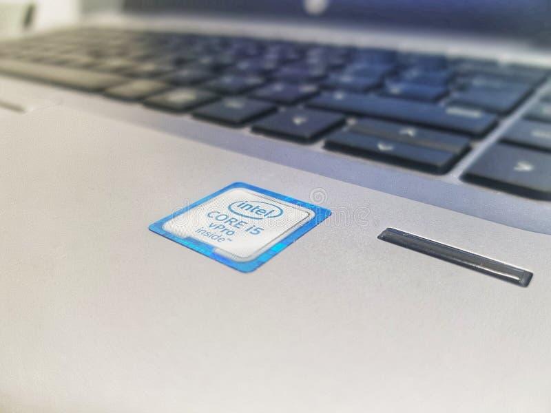 带有英特尔核心i5 vPro全息照相的贴纸的银HP膝上型计算机的照片 免版税库存图片