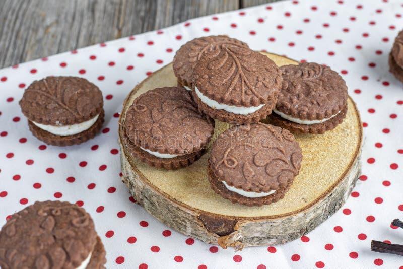 带有香草奶油的浮雕可可饼干 免版税库存图片