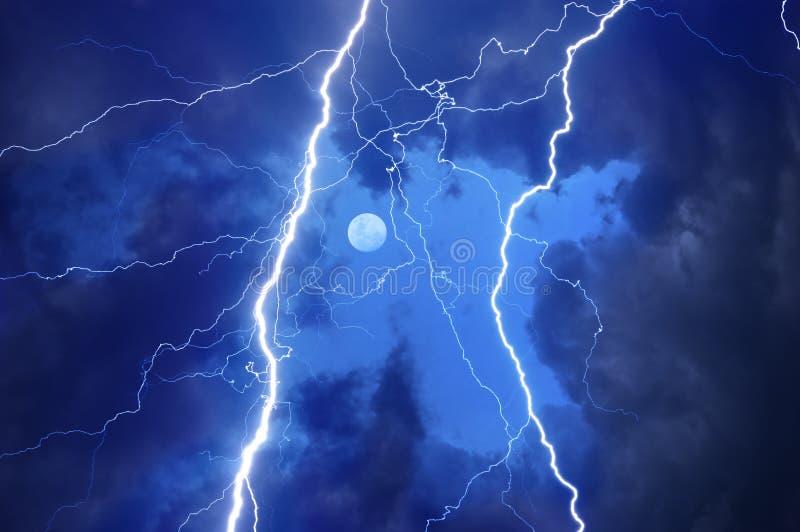 带来云彩大量闪电雷 免版税图库摄影