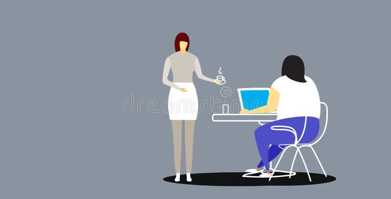 带来咖啡的秘书给坐在工作场所书桌的肥胖肥胖女实业家上司使用膝上型计算机专家 向量例证