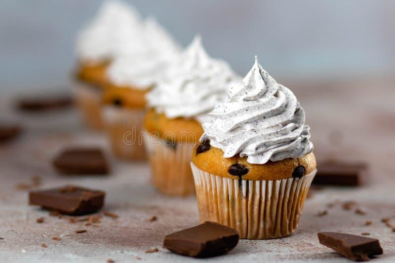 带生奶油的纸杯蛋糕 免版税库存图片