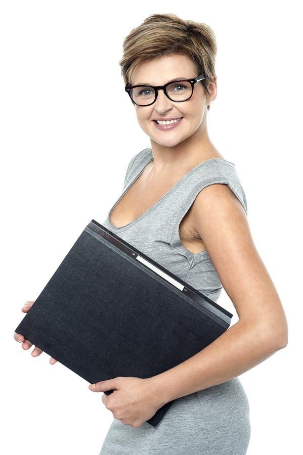 带眼镜华美的企业夫人在工作 库存照片