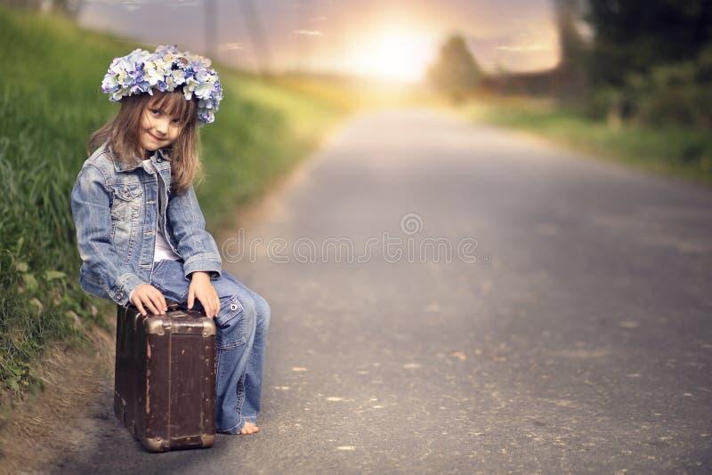 带着一个老手提箱的一个小女孩 库存图片