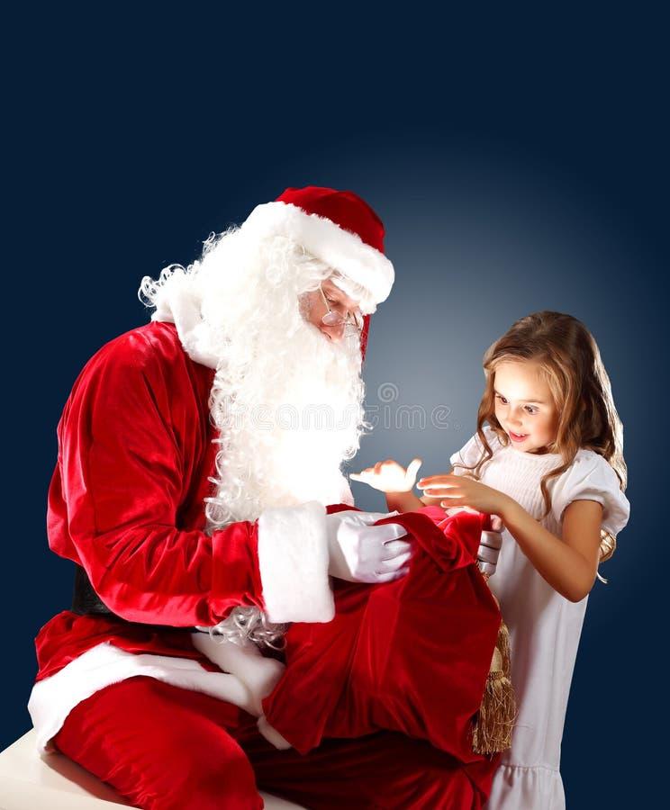 带着他的礼物包的圣诞老人 免版税库存图片