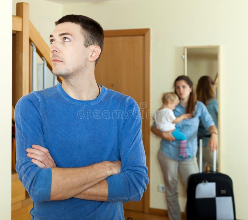 带着女婴和手提箱的妻子 库存图片