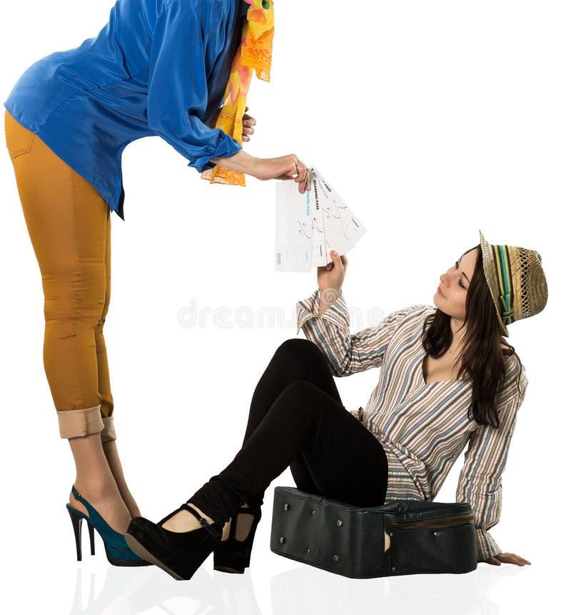 带着她的旅行包的时髦的女性游人和 免版税库存照片