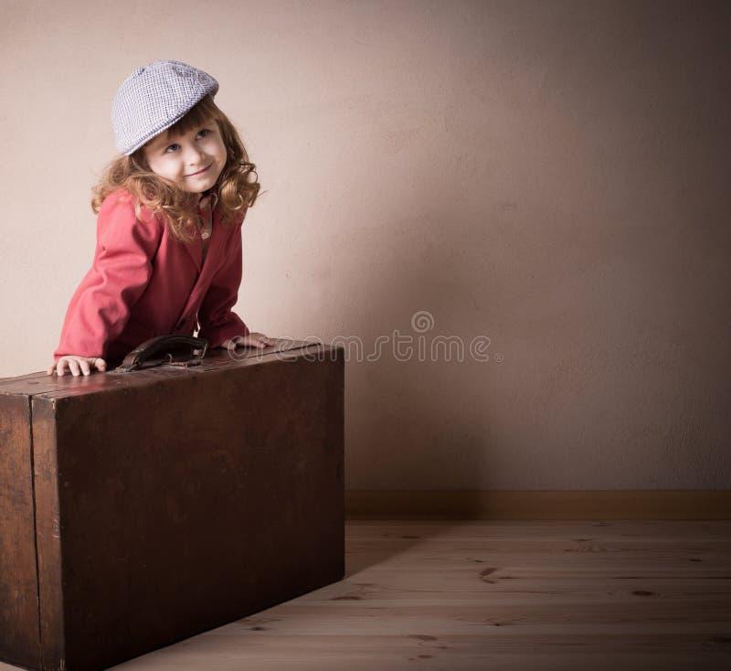 带着室内手提箱的女孩 库存图片