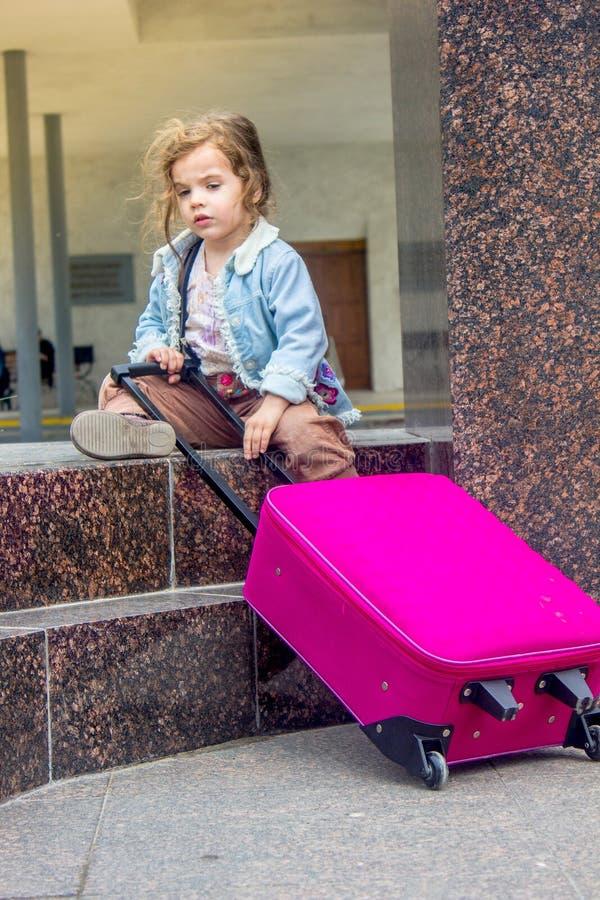 带着户外旅行手提箱的小孩女孩 库存照片