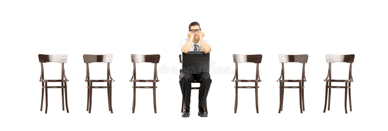 带着手提箱的乏味人坐相互椅子等待的工作 库存图片