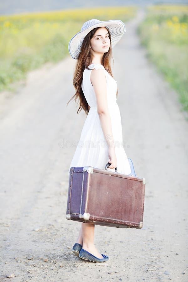 带着手提箱的女孩 库存图片