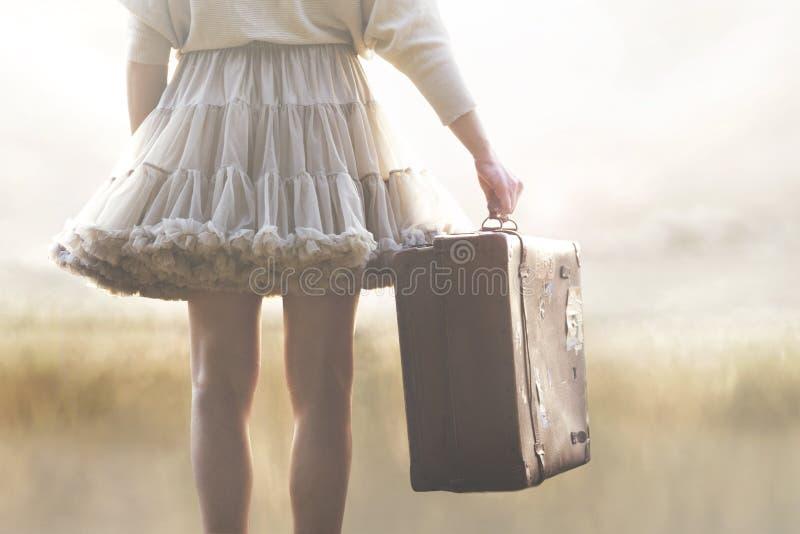 带着手提箱的妇女准备好一次新的冒险在世界上 库存照片