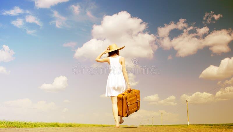 带着手提箱的孤独的女孩 图库摄影