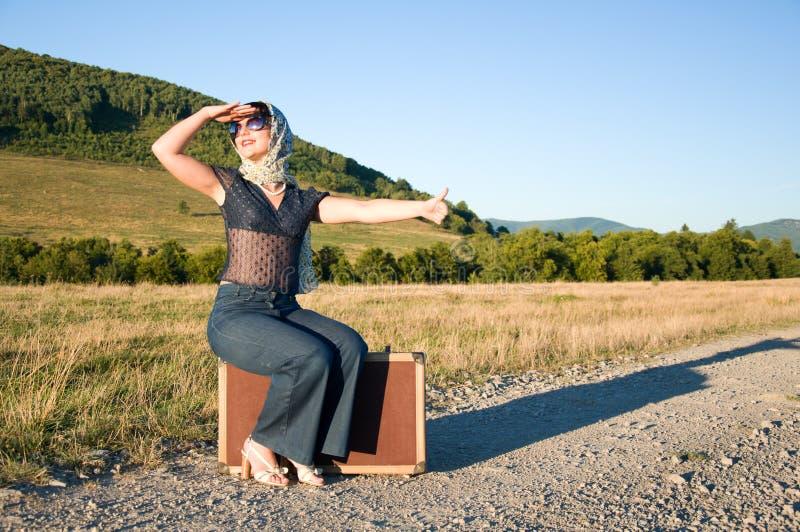 带着手提箱的孤独的女孩 免版税库存照片