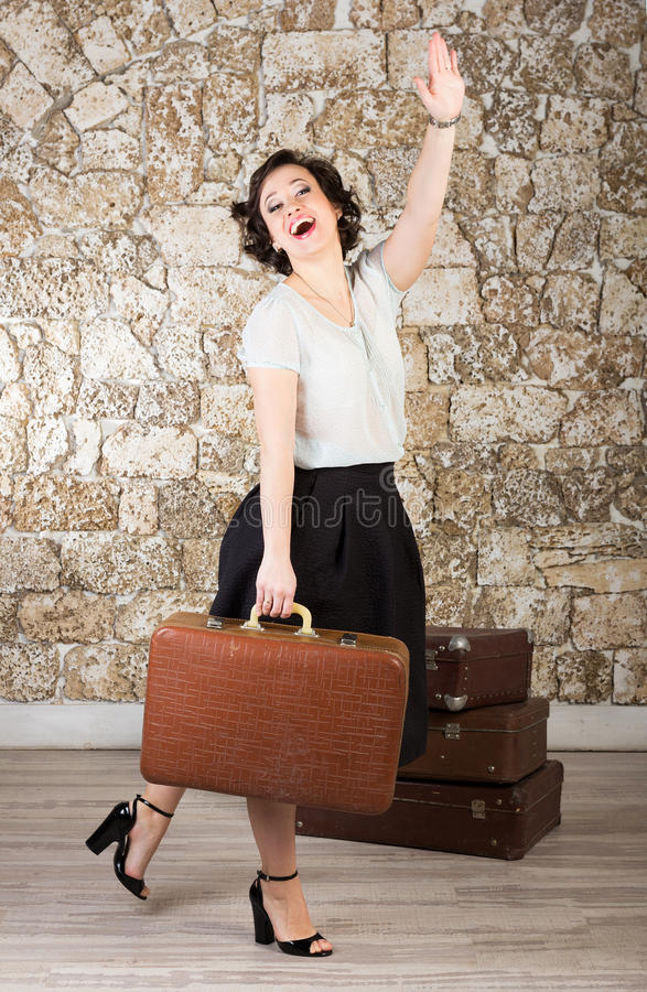 带着手提箱的美丽的妇女 库存图片