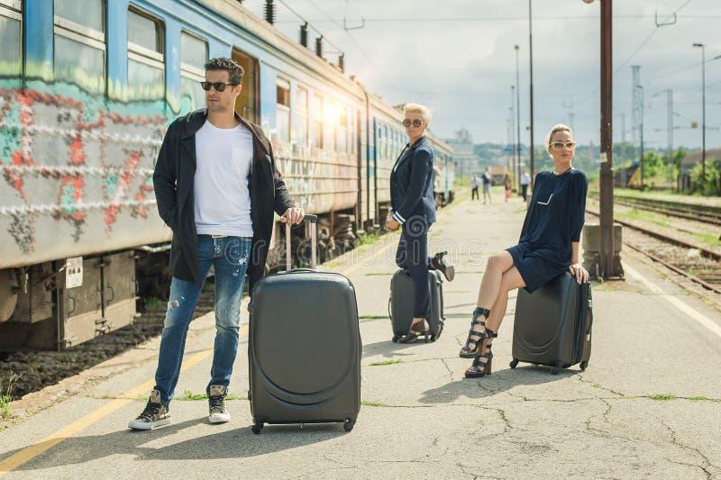 带着摆在火车站的手提箱的商人 免版税库存图片