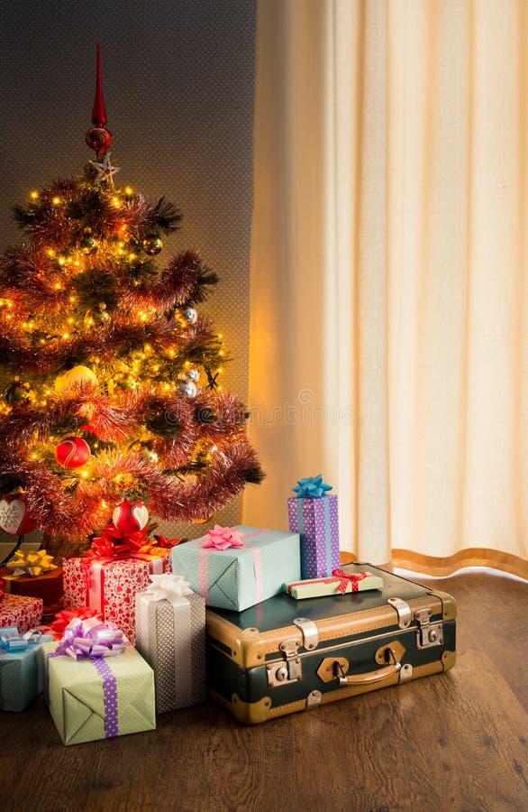 带着礼物和老手提箱的圣诞树 图库摄影