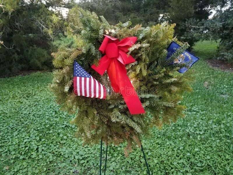 带红蝴蝶结和美国退伍军人国旗的绿色花圈 免版税库存图片