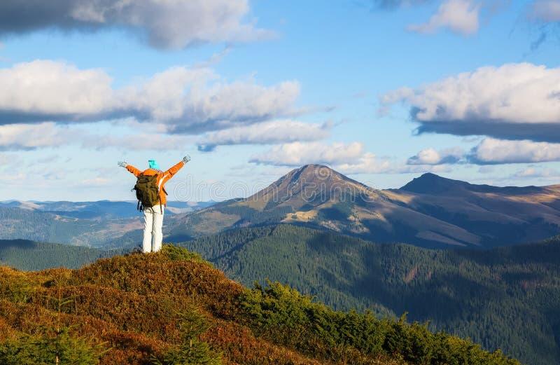 带背包的快乐游客住在山上 秋阳日 穿运动服的女孩 山景 库存照片