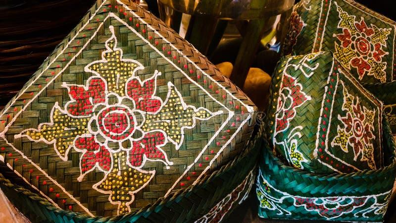 带花绣的传统编织藤篮 库存照片