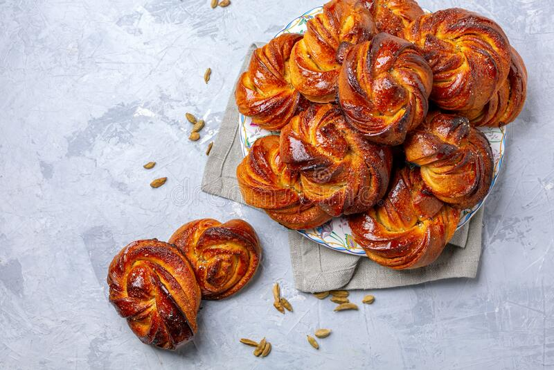 带豆蔻的传统辊 瑞典饮食 免版税库存图片