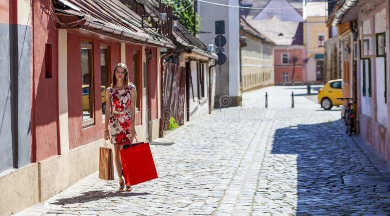 带购物袋的年轻女人 免版税图库摄影