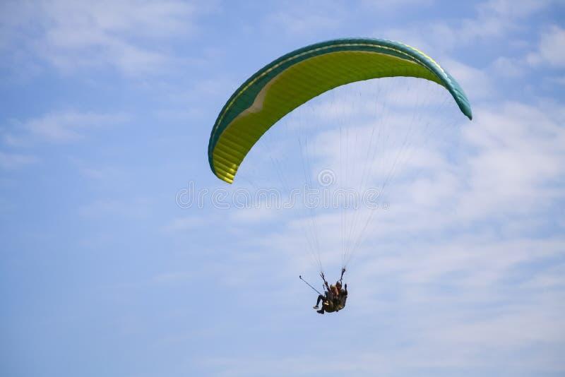 带降落伞的飞行 库存图片