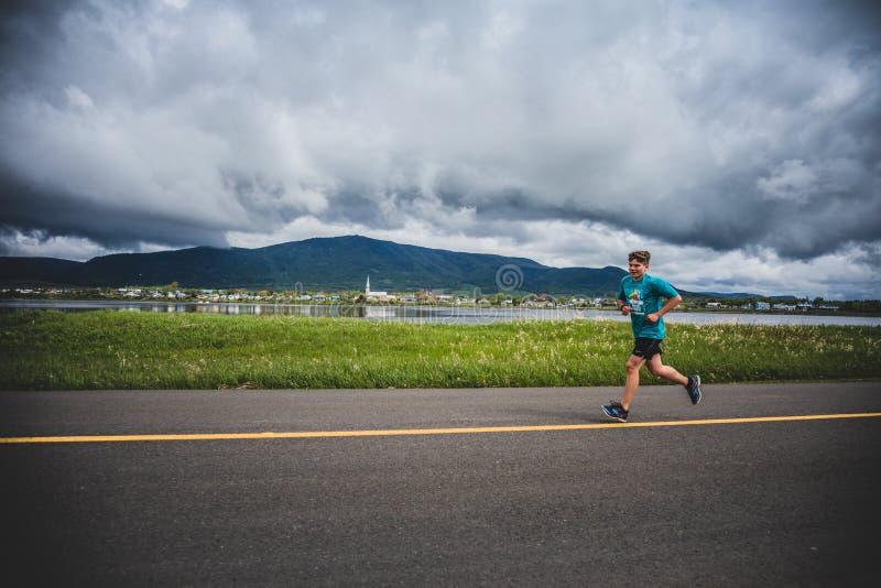 带领一个小组10K赛跑者的孤独的人 免版税图库摄影