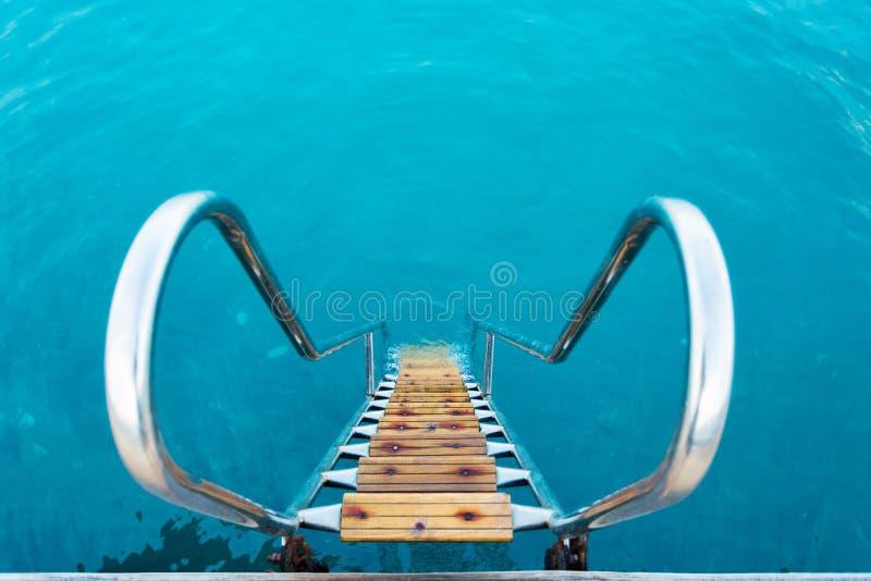 带领入海的刷新的水晶水的梯子 库存图片