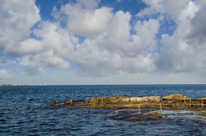 带领入海slose的台阶在日落 库存照片