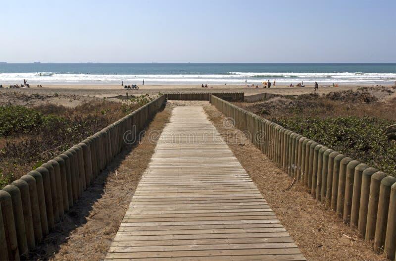 带领在海滩上的木板条做的走道在德班南非 免版税库存照片