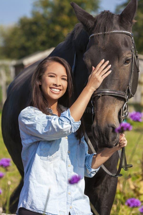 带领她的马的美丽的亚裔欧亚女孩 图库摄影