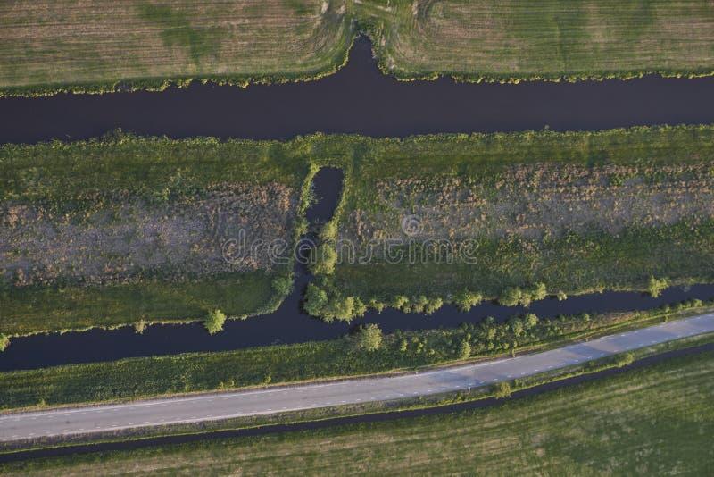 带领通过泥煤挖掘草甸风景的路鸟瞰图在荷兰 免版税库存照片