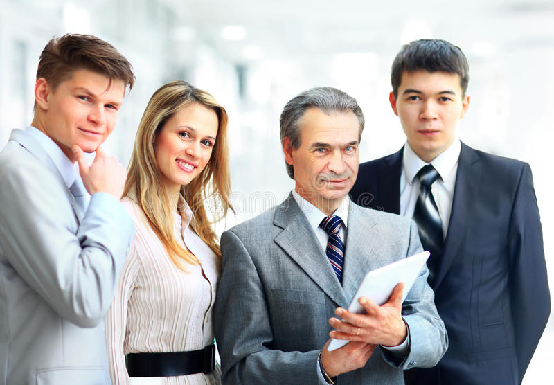 带领他的队的商人在办公室 免版税图库摄影