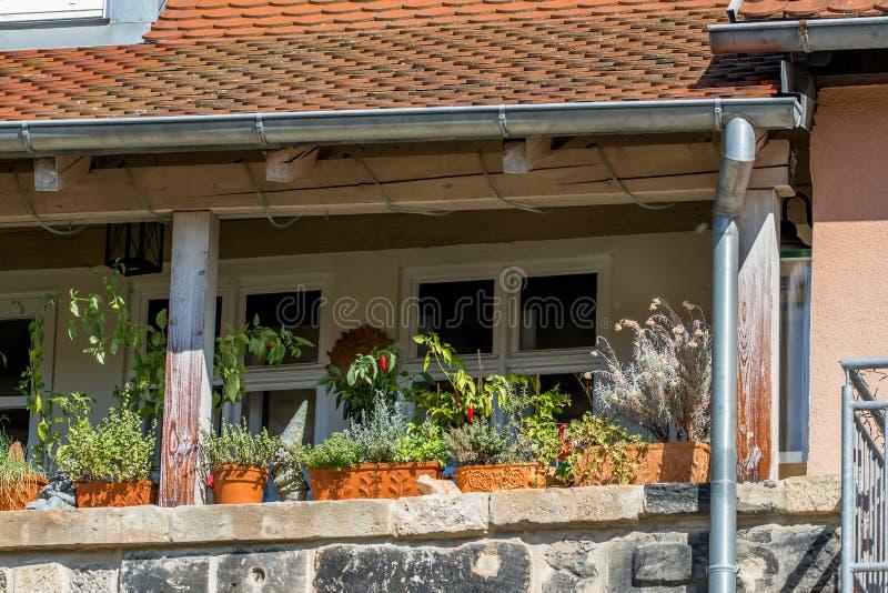 带鲜花的历史阳台 — 拜罗伊特老城 库存图片