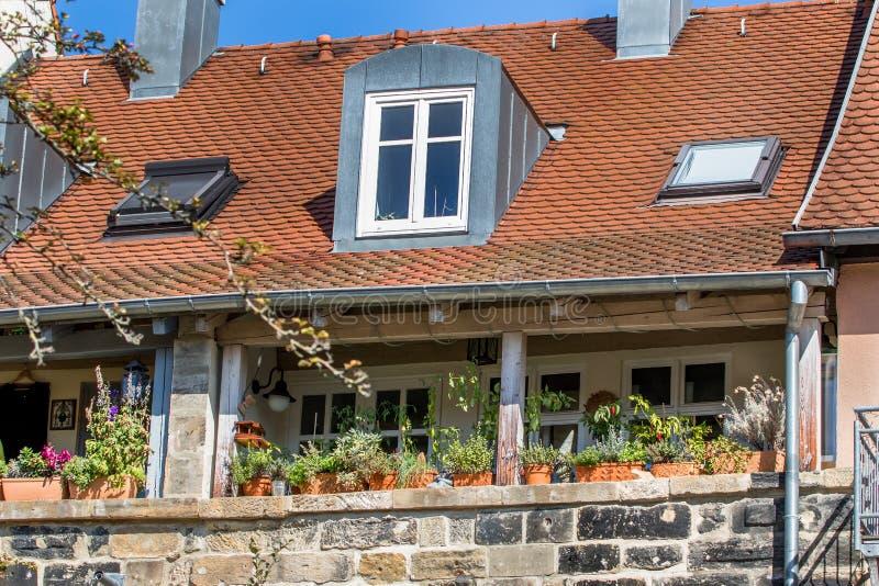 带鲜花的历史阳台 — 拜罗伊特老城 免版税库存图片