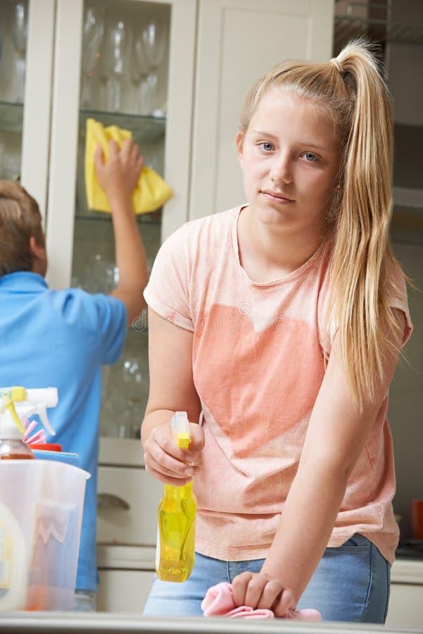 帮助不快乐的孩子清洗议院 免版税库存图片