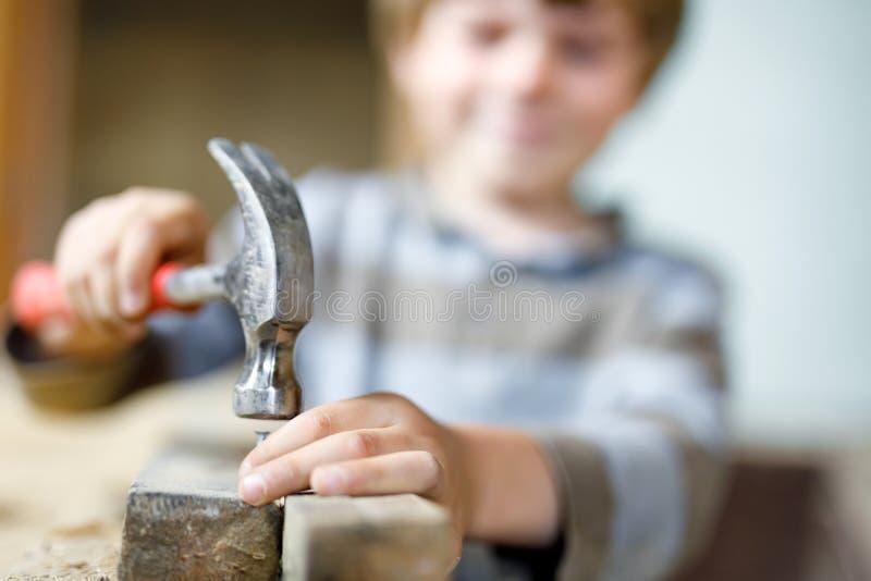 帮助与在construciton站点的玩具工具的小孩男孩 库存图片
