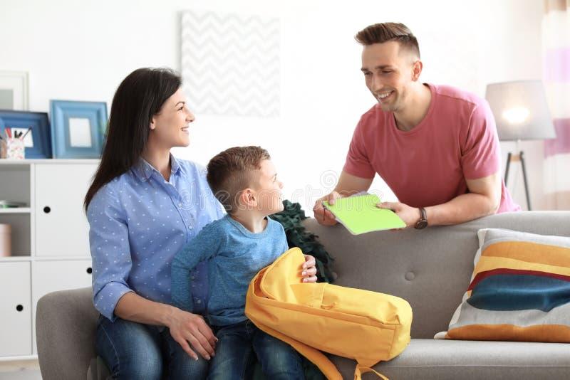 帮助他们的小孩的年轻父母准备好 免版税库存图片