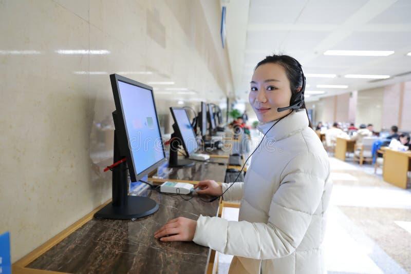 帮助台的女孩上海图书馆的 库存照片