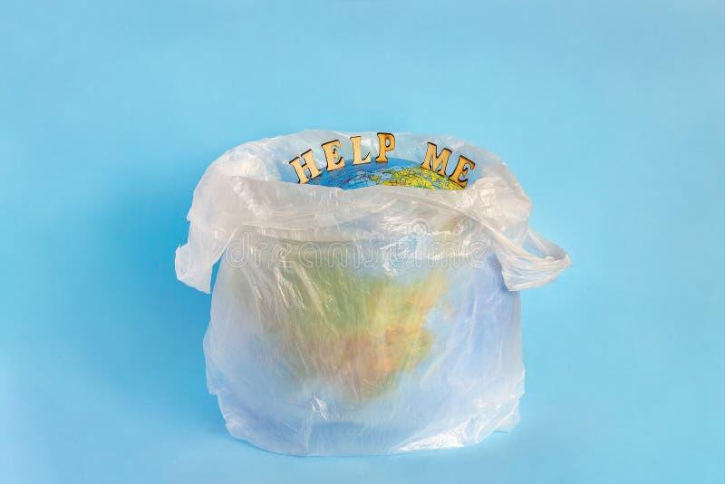 帮助在聚乙烯塑料包裹的我和模型行星地球 免版税库存图片