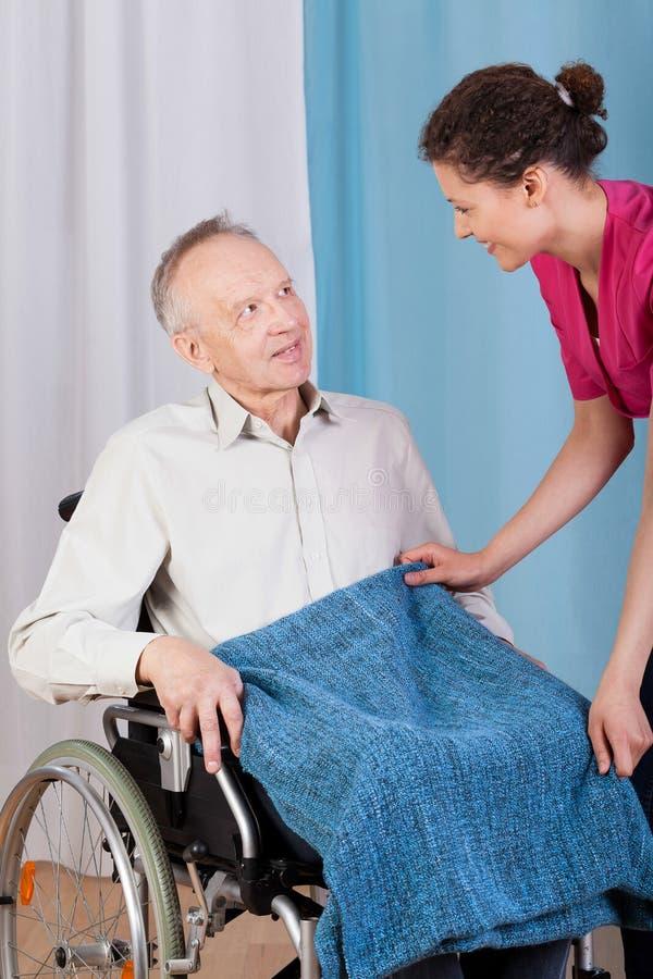 帮助失去能力的人的护士 免版税库存图片